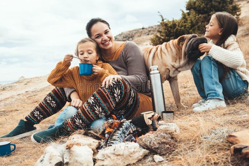 与狗的家庭在秋天高涨 免版税图库摄影