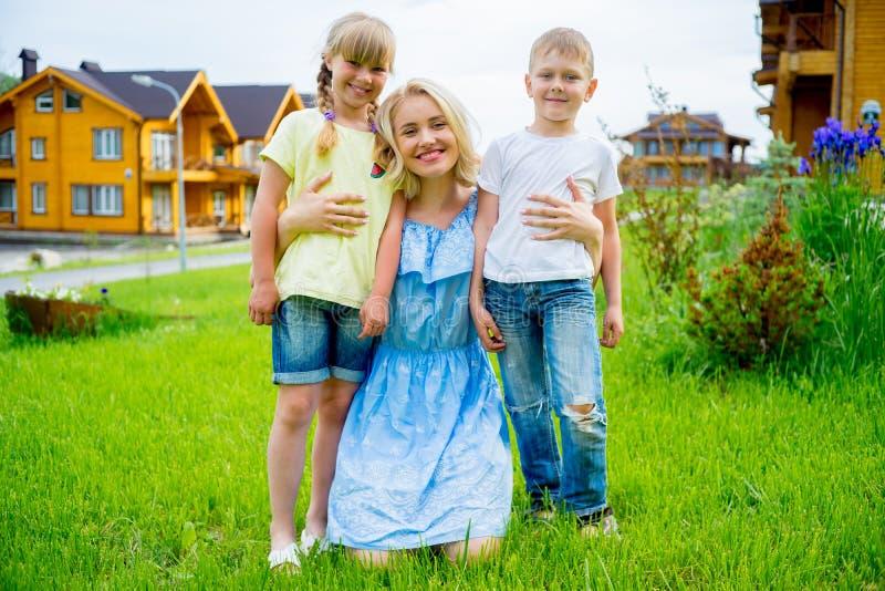 家庭成人_图片 包括有 偶然, 童年, 成人, 团体, 子项, 享用, 休闲, 乡下