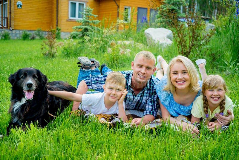 图片 包括有 中间, 国内, 女孩, 兄弟, 野餐, 偶然, 父亲, 子项