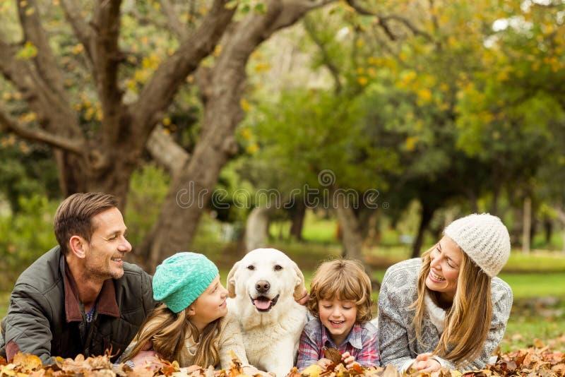 与狗的年轻家庭 免版税图库摄影