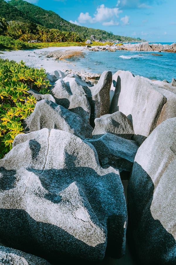 与独特的花岗岩形成的可爱的热带海滩在拉迪格岛海岛,昂斯市辅助塞德雷斯,塞舌尔西南  库存照片