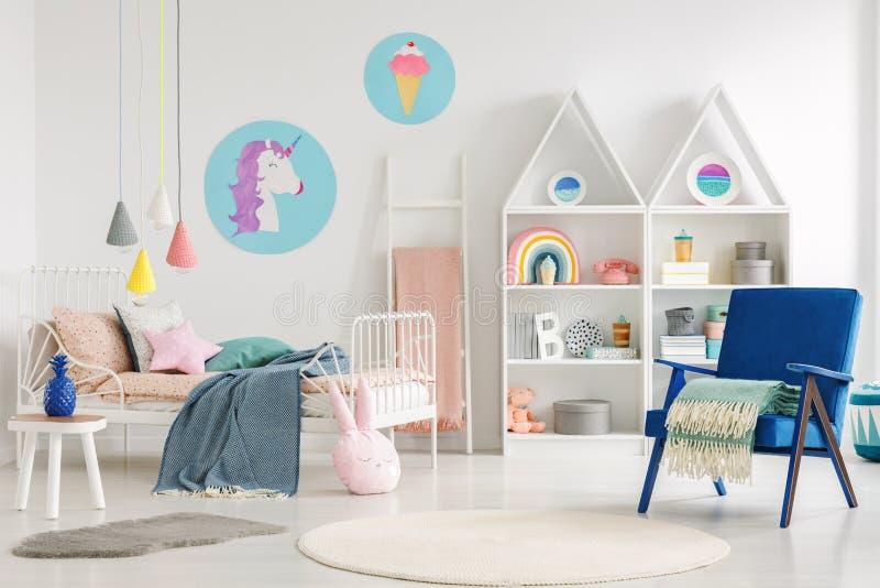 与独角兽和冰淇凌pos的五颜六色的孩子` s卧室内部 库存图片