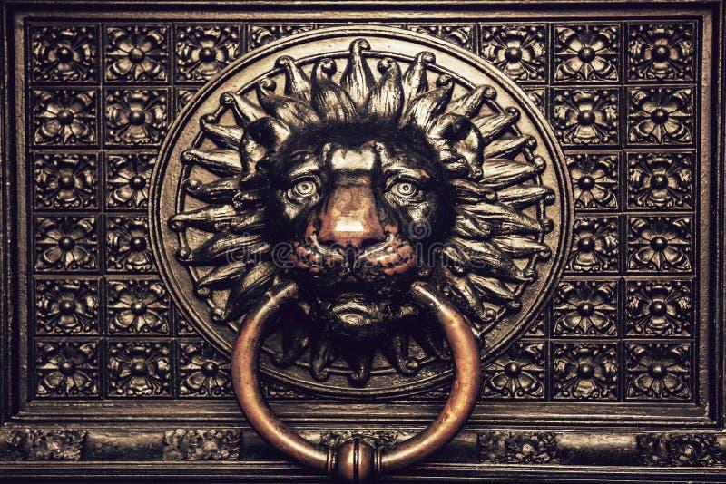 与狮子头的古铜色敲门人 免版税库存图片