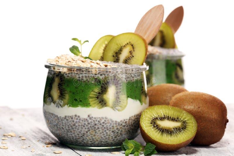 与猕猴桃和格兰诺拉麦片的健康早餐chia布丁在玻璃o 免版税图库摄影