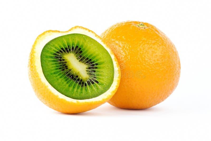 与猕猴桃的切的桔子在白色背景的照片操作里面 免版税库存照片