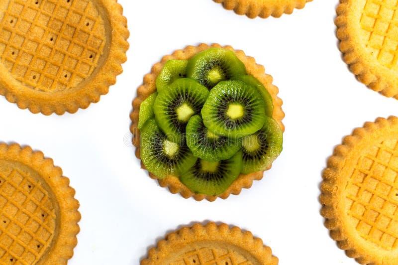 与猕猴桃的金黄饼干在白色 图库摄影