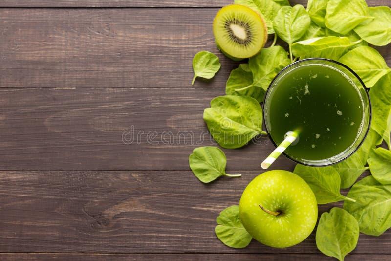 与猕猴桃,在土气木backgroun的苹果的健康绿色圆滑的人 库存图片