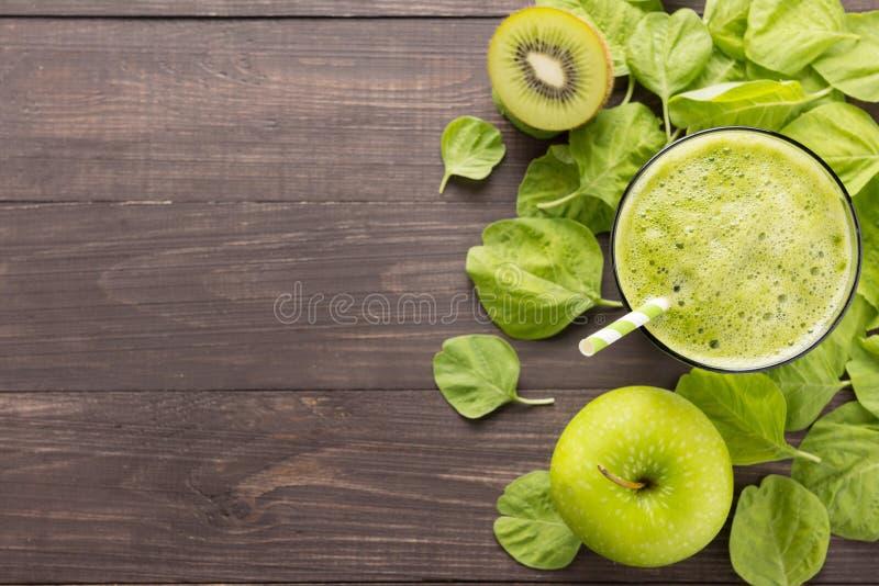 与猕猴桃,在土气木backgroun的苹果的健康绿色圆滑的人 库存照片