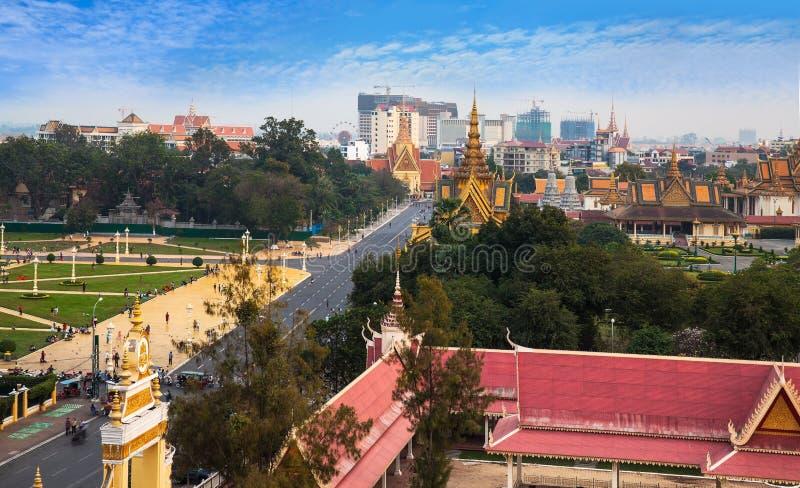 与王宫和银塔, Phnom Pe的都市城市地平线 免版税库存照片