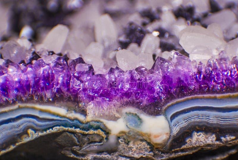与玛瑙的紫色的geode 库存图片