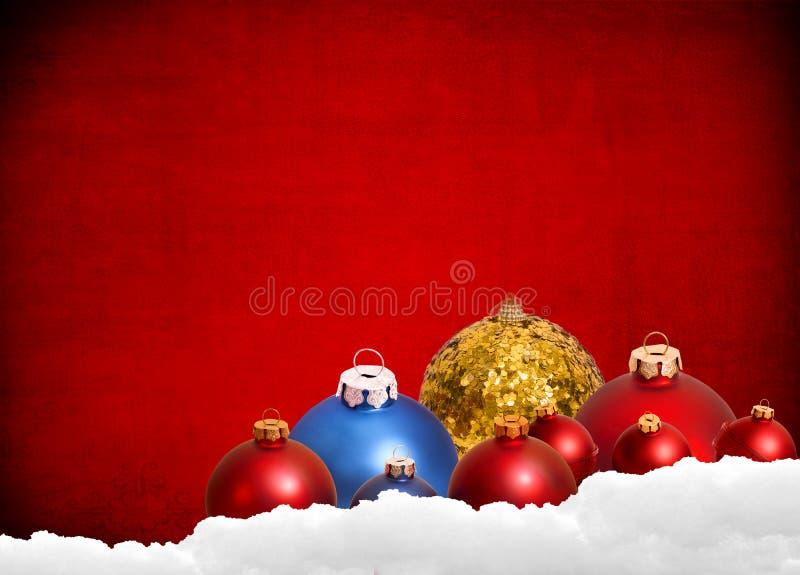 与玩具和装饰的红色圣诞节背景 免版税库存照片
