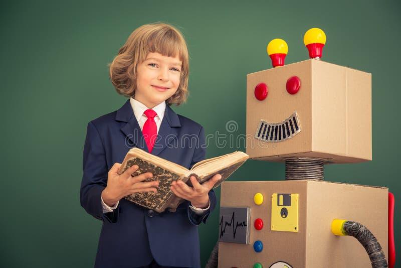 与玩具机器人的孩子在学校 免版税库存图片