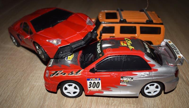 与玩具汽车的交通事故在书桌上 库存图片