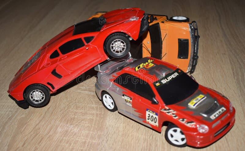 与玩具汽车的交通事故在书桌上 免版税库存图片