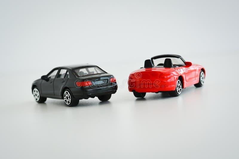 与玩具汽车的种族或竞争概念在白色背景 库存图片