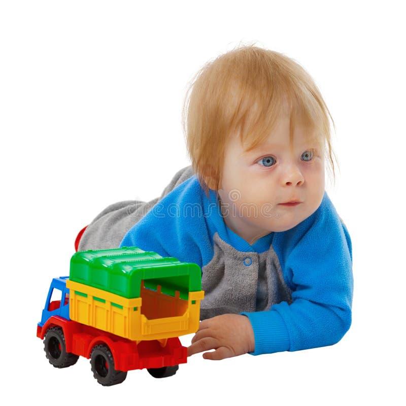 与玩具汽车的滑稽的孩子 免版税库存照片