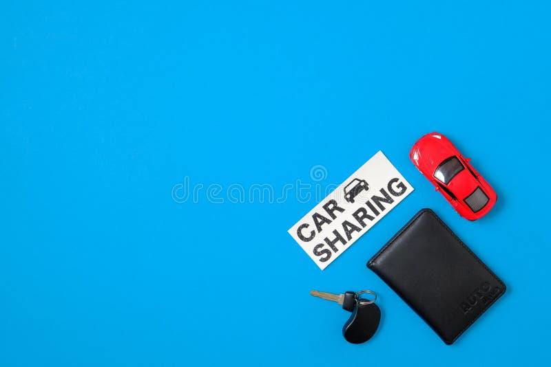 与玩具汽车,自动推进执照,汽车钥匙,文本标志的汽车分享概念 免版税库存图片