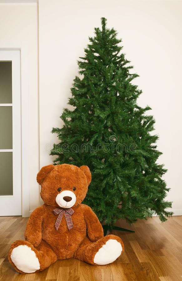 与玩具熊的光秃的人为圣诞树 免版税库存图片