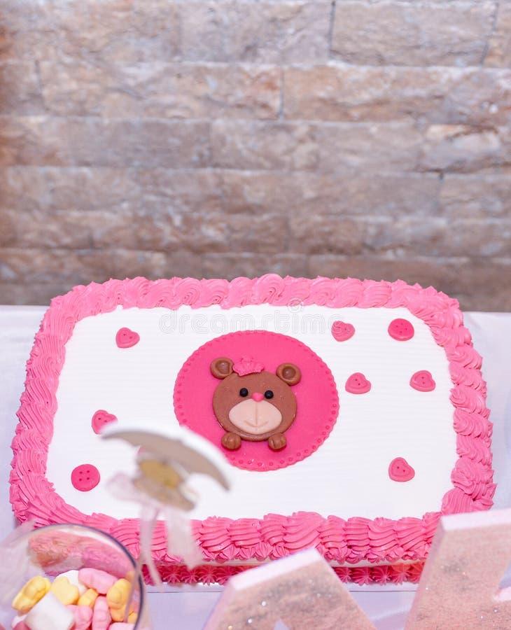 与玩具熊的女婴第一生日蛋糕 免版税图库摄影