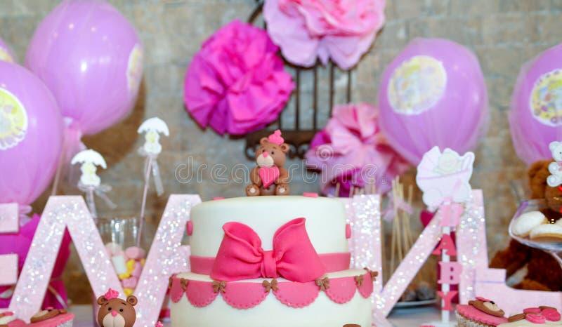 与玩具熊的女婴第一生日蛋糕 库存图片