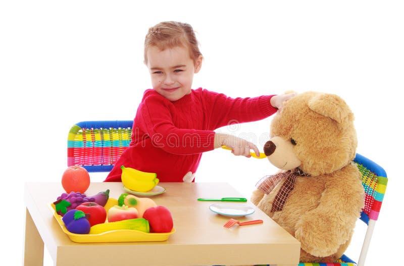 与玩具熊的小女孩戏剧 免版税图库摄影