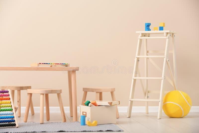 与玩具的时髦的儿童` s室内部 免版税库存照片