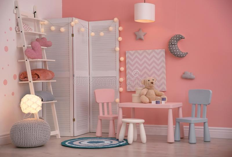 与玩具的现代儿童居室内部 库存照片