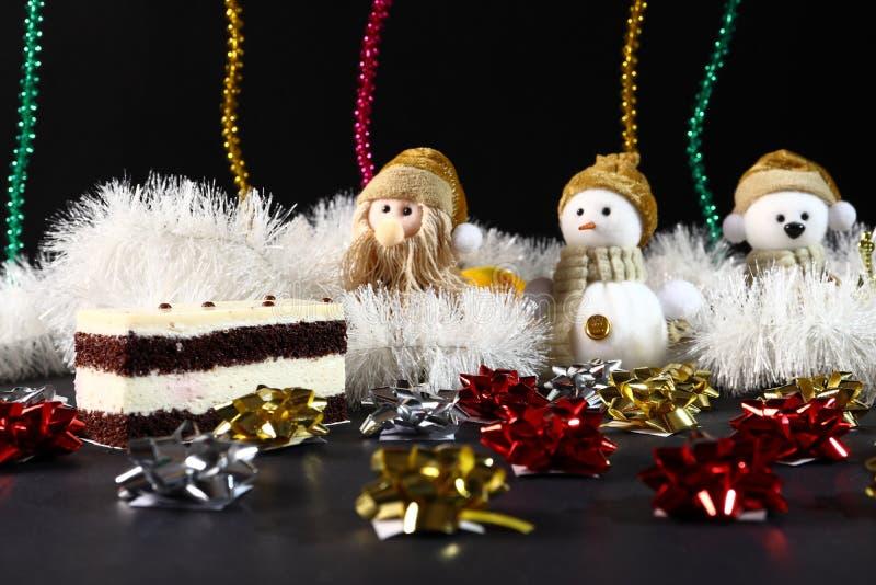 与玩具装饰的圣诞节蛋糕 新年假日概念 免版税库存照片