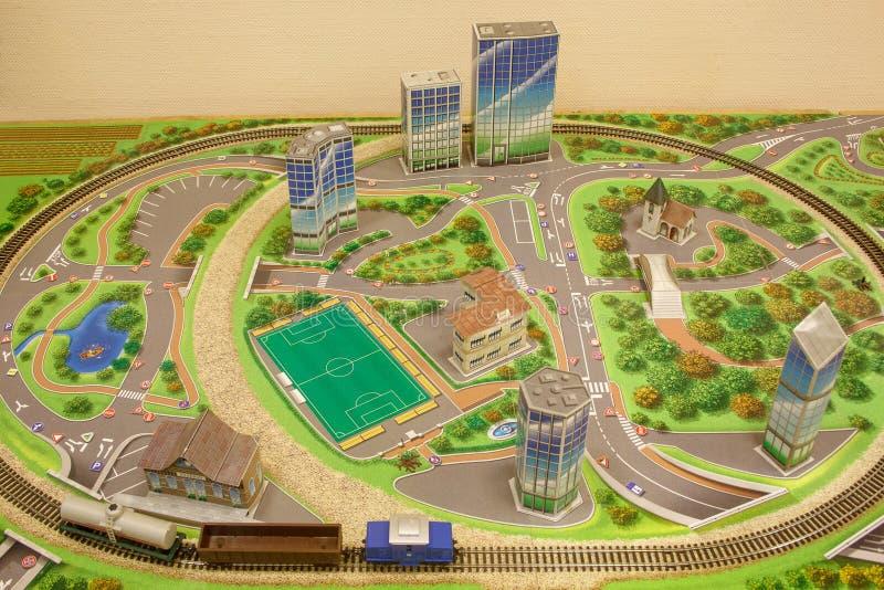 与玩具铁路的城市计划 免版税库存照片