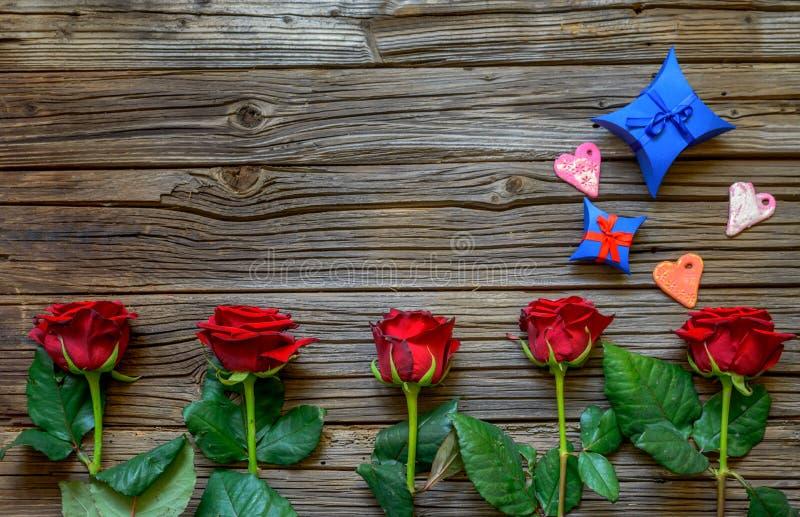 与玫瑰、心脏和礼物的华伦泰背景 库存照片