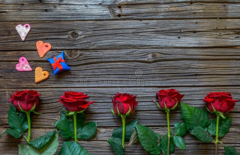 与玫瑰、心脏和礼物的华伦泰背景 免版税库存照片