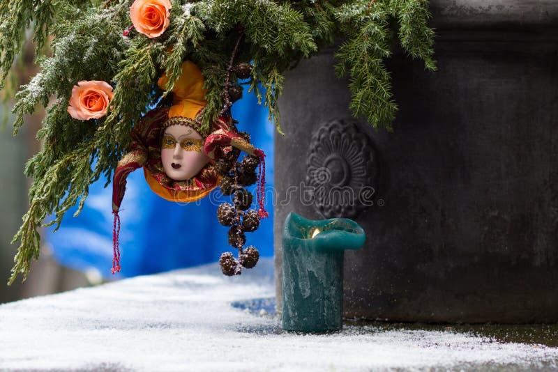 与玫瑰和丑角mas的美丽的圣诞树装饰 免版税库存照片