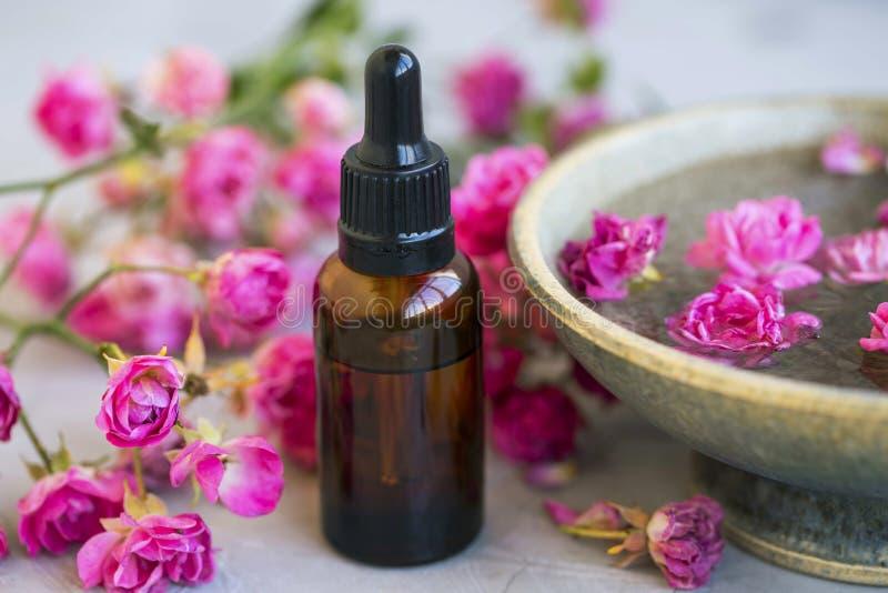与玫瑰油和花卉奉承话秀丽治疗的温泉静物画 免版税库存照片