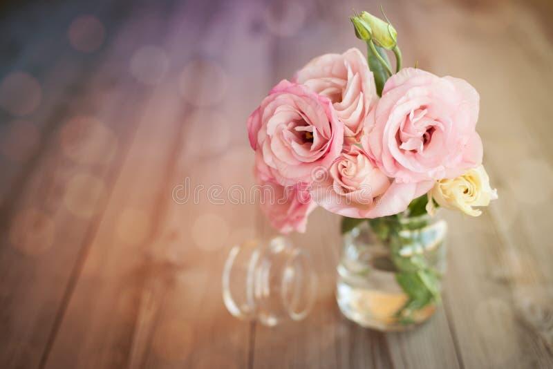 与玫瑰的五颜六色的静物画在玻璃花瓶 库存图片