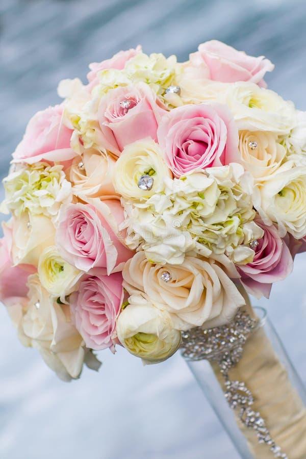 与玫瑰的婚礼花束 免版税图库摄影