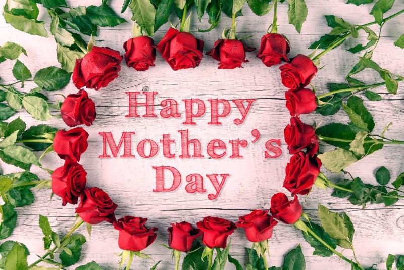 与玫瑰的愉快的母亲节文本 免版税库存图片