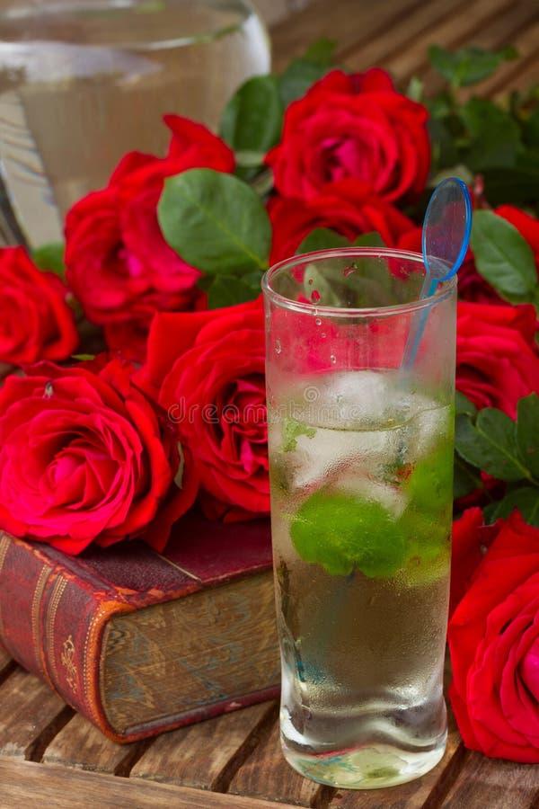 与玫瑰的旧书 免版税库存照片