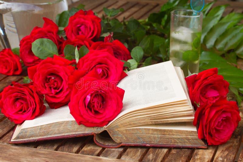 与玫瑰的旧书 图库摄影