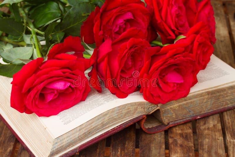 与玫瑰的旧书 免版税库存图片