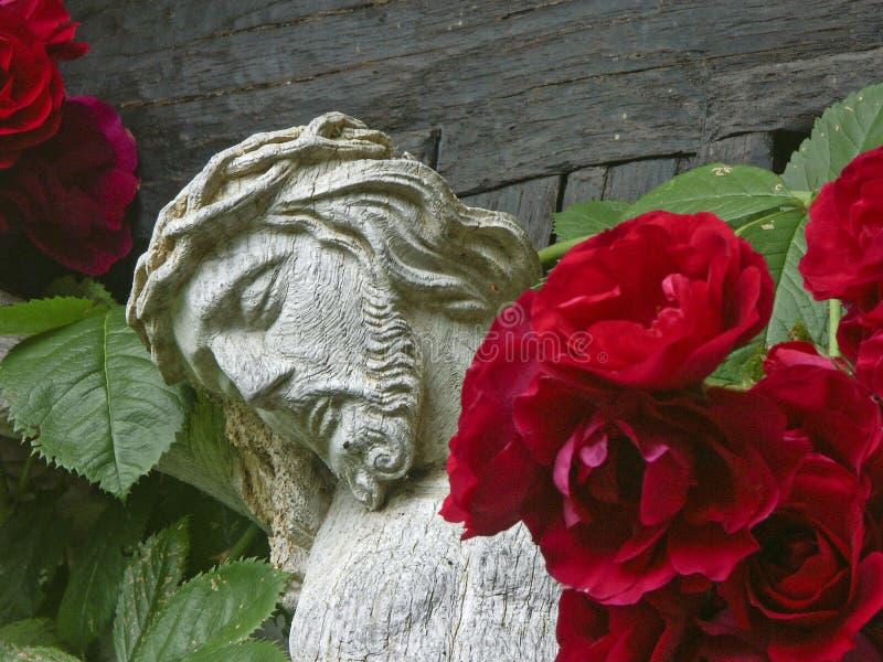 与玫瑰的木十字架 免版税库存照片