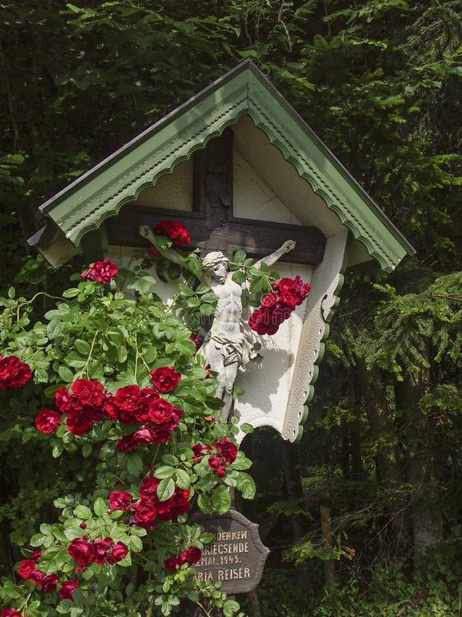 与玫瑰的木十字架 库存照片