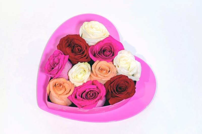 与玫瑰的流行粉红心脏在上面的心形的箱子 库存图片