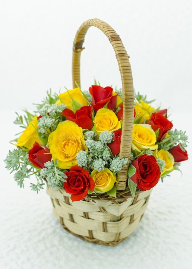 与玫瑰的篮子 免版税库存照片