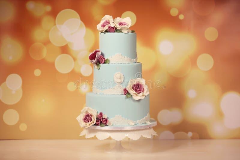与玫瑰的蓝色蛋糕 免版税库存照片