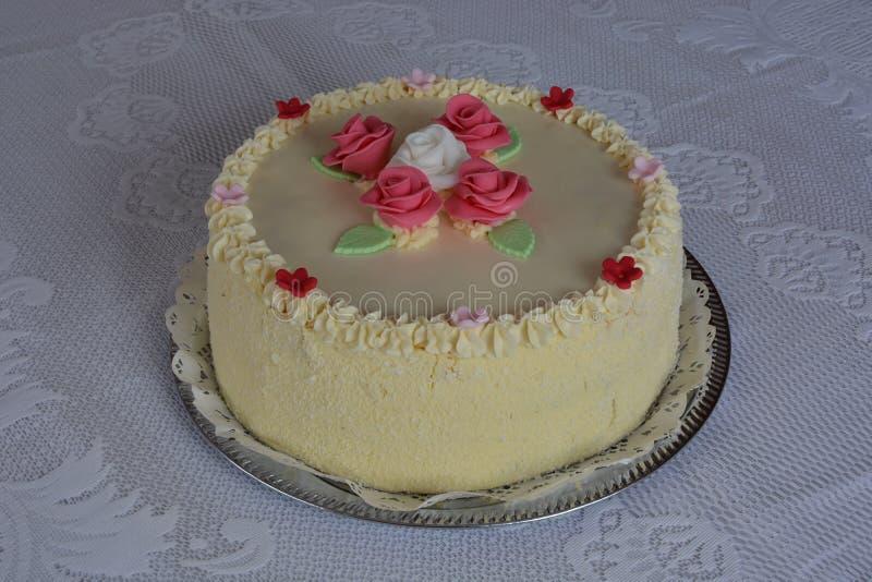 与玫瑰的蛋糕 免版税库存图片
