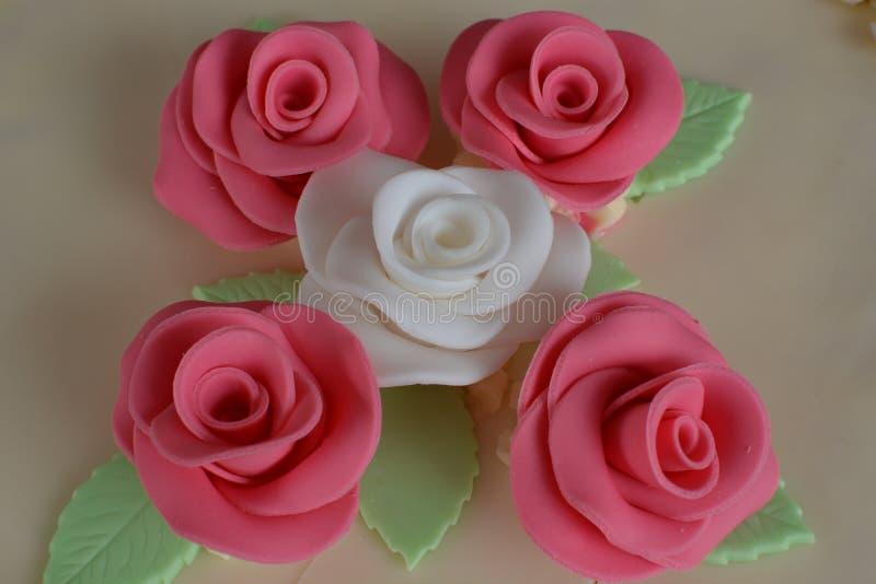 与玫瑰的蛋糕 免版税图库摄影