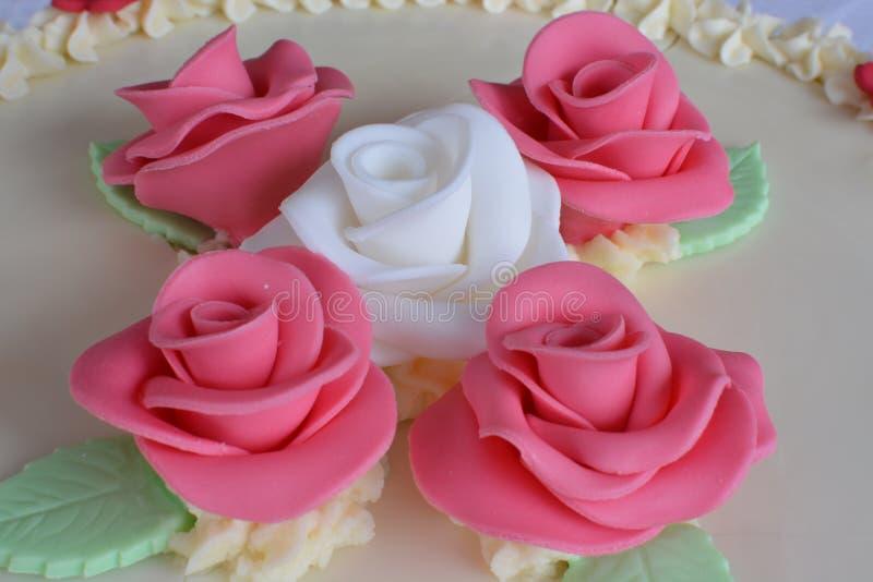 与玫瑰的蛋糕 免版税库存照片