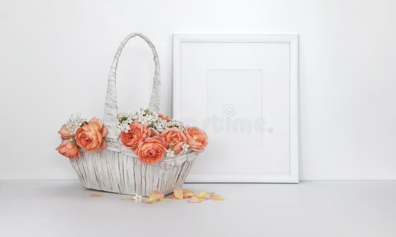 与玫瑰篮子的空白的画框大模型  图库摄影