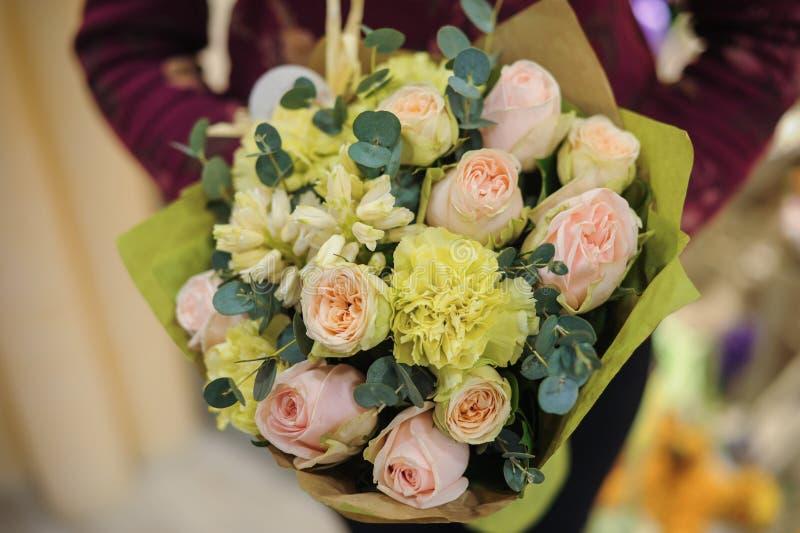 与玫瑰色和其他花的桃红色绿色花束 库存照片