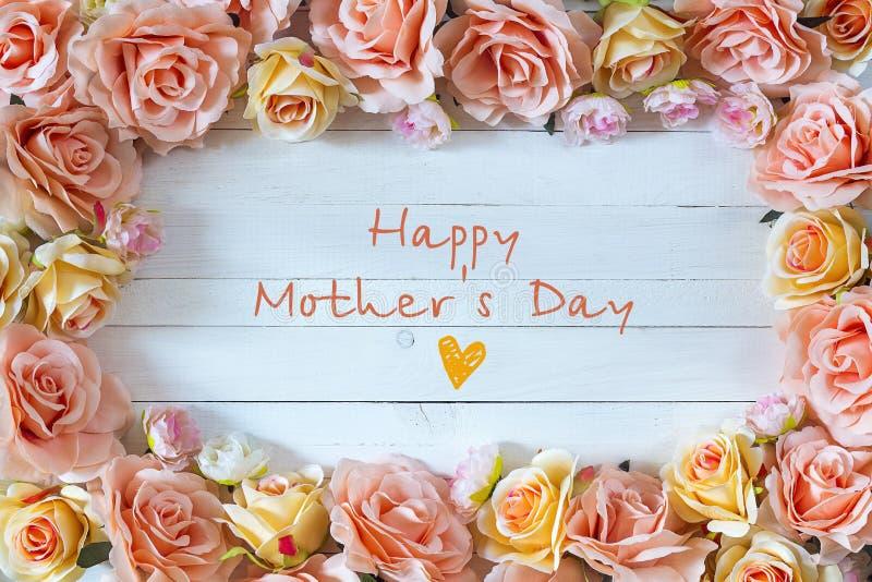 与玫瑰色花的母亲节背景 母亲节消息wi 免版税库存照片